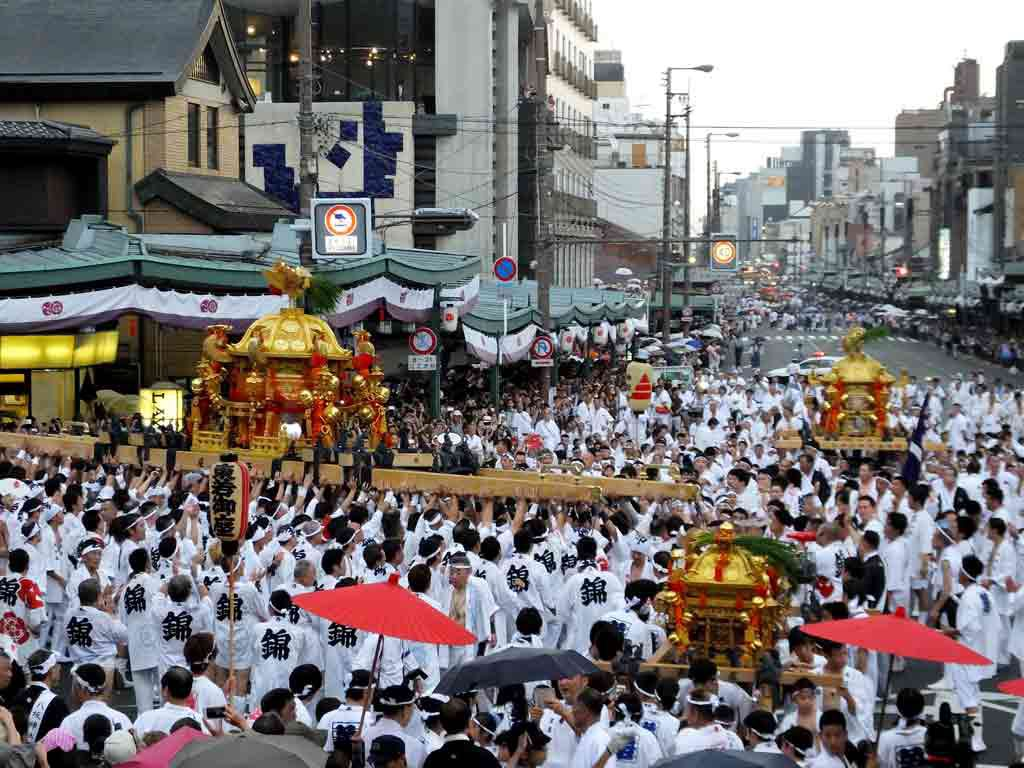 so-many-mikoshi-carriers-in-front-of-the-shrine