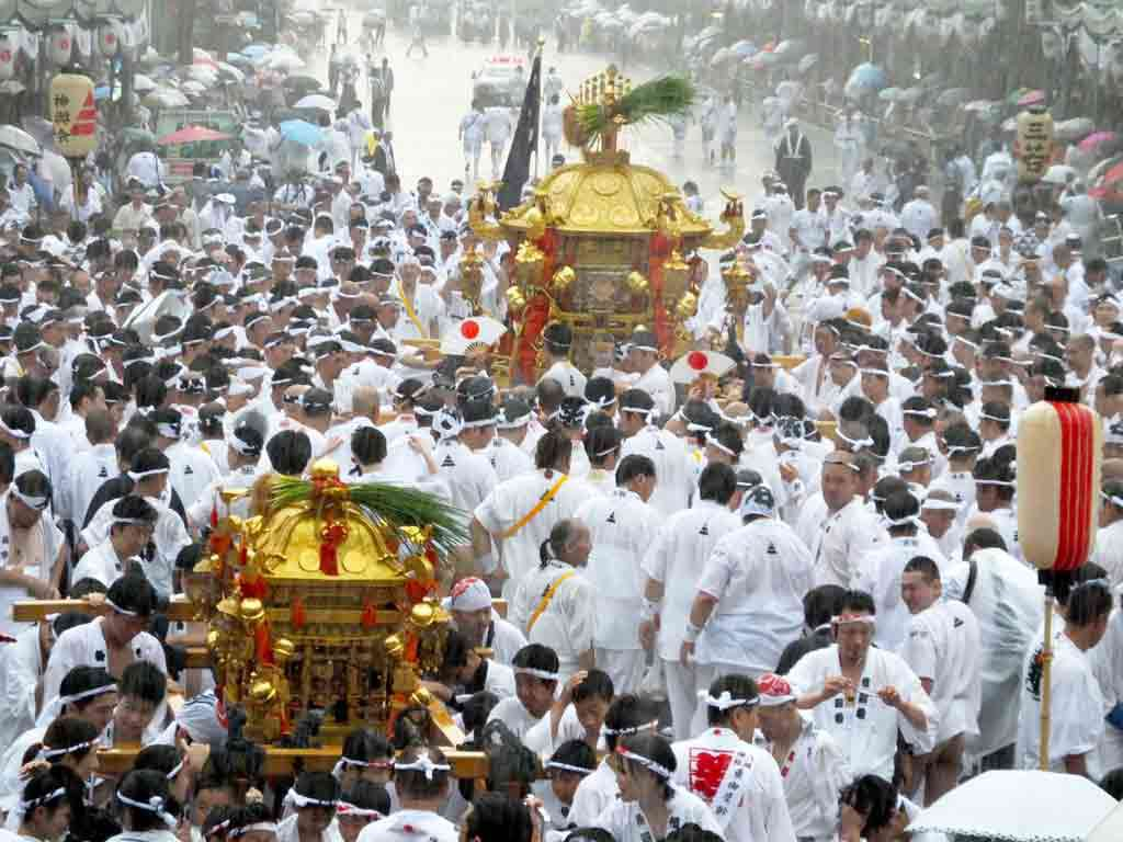 the-mikoshi-and-the-carriers-in-the-rain