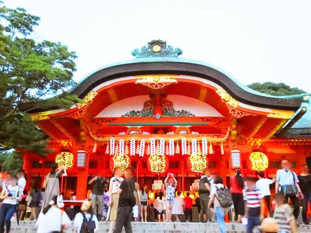 the-atmosphere-in-front-of-honden,-the-main-building-of-the-shrine