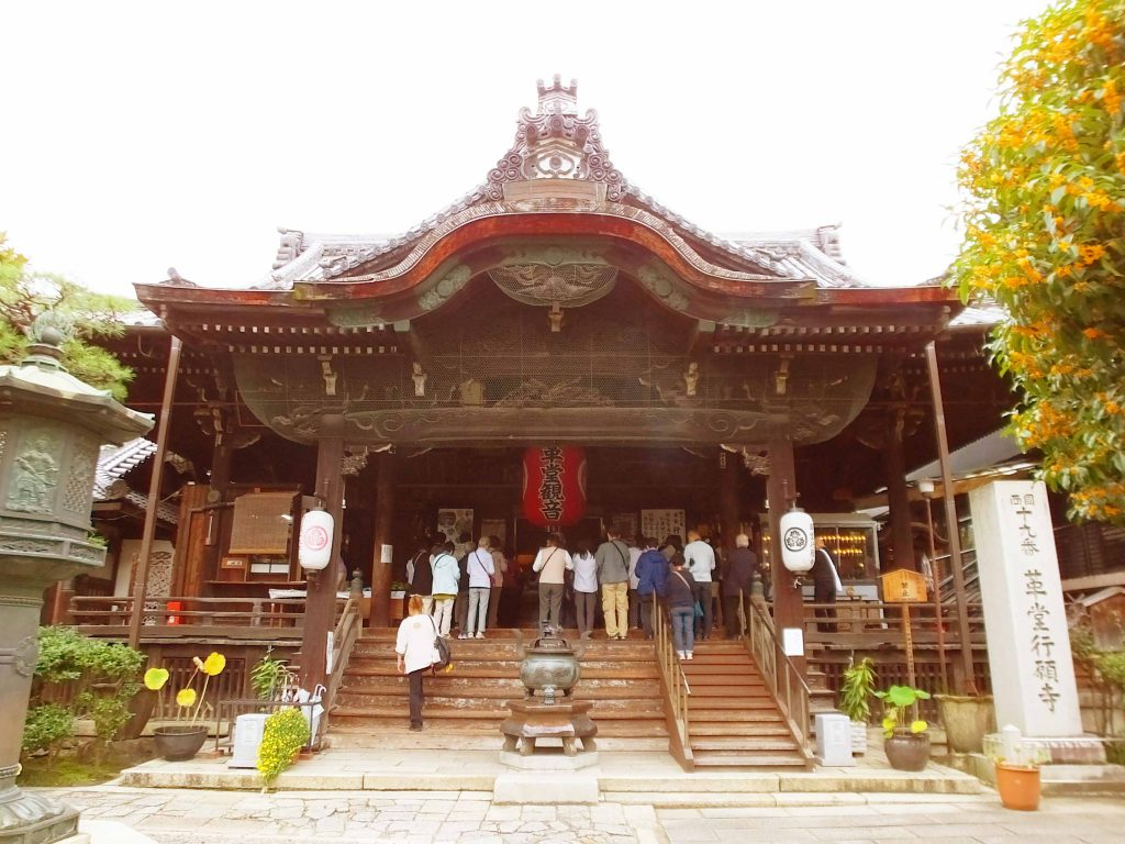 the main hall of Gyoganji Temple from the entrance