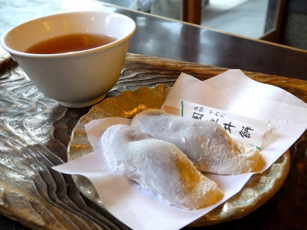 hashirii-mochi and hojicha tea