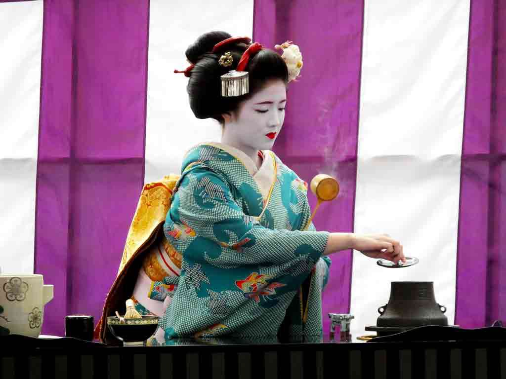 geiko-making-matcha-green-tea