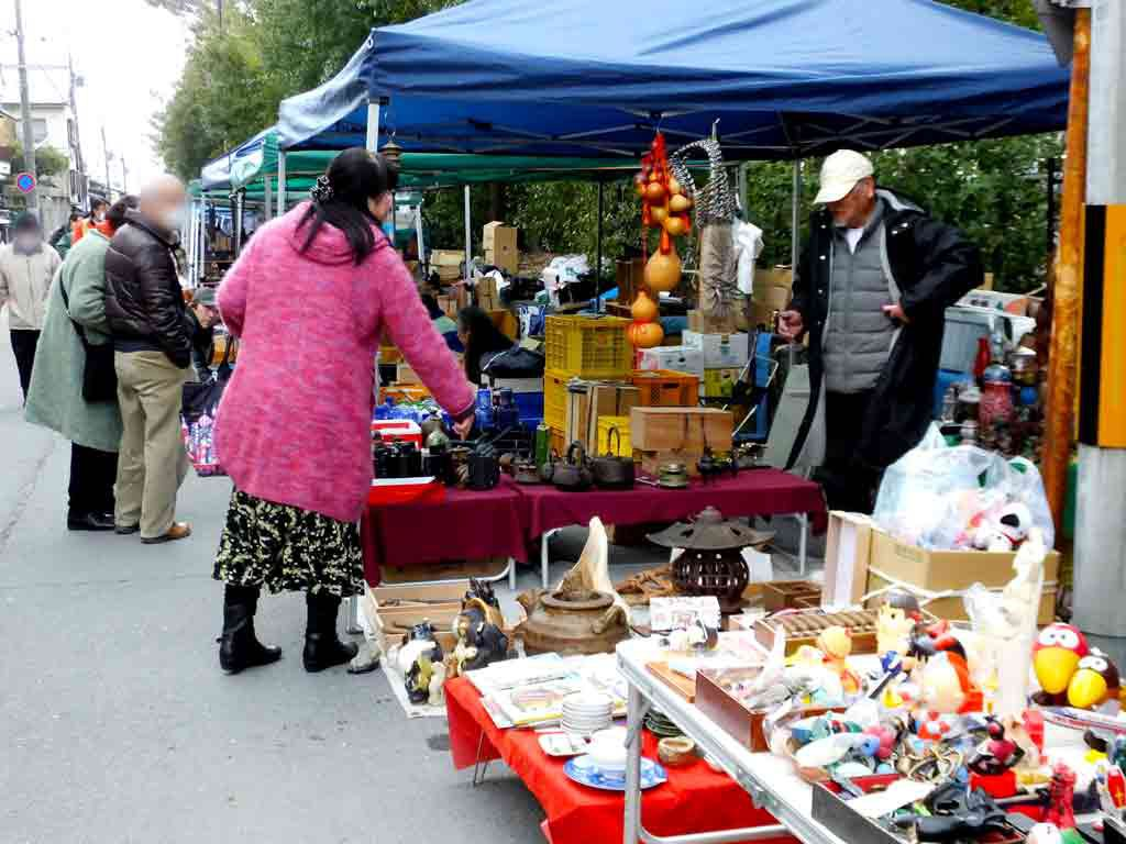 the-antique-vendors-and-food-stalls