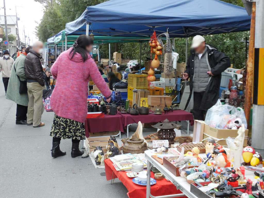 the antique vendors and food stalls